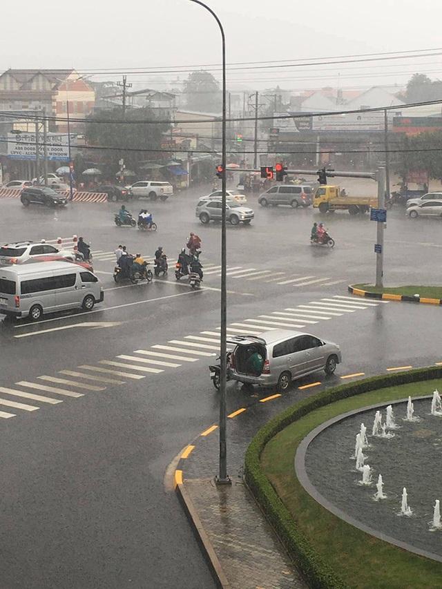 Cơn mưa bất chợt, tài xế Grab luống cuống tìm chỗ trú và hành động của chủ ô tô khiến tất cả kinh ngạc - Ảnh 2.
