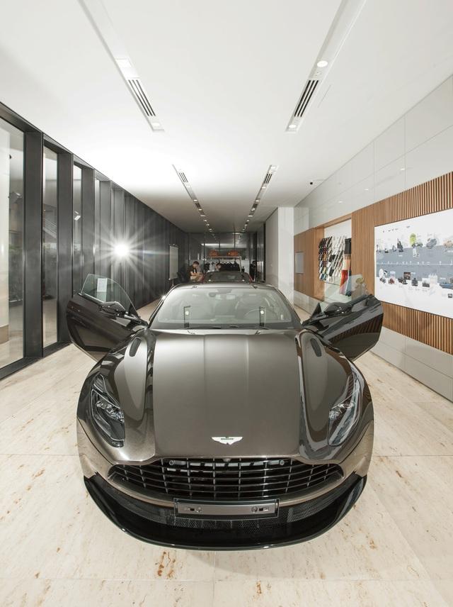 Chi tiết Aston Martin DB11 màu Kopi Bronze độc nhất Việt Nam vừa về đại lý - Ảnh 2.