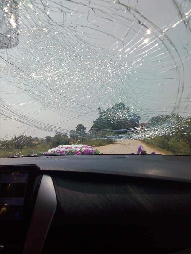 Chiếc Toyota Vios bị đá ném nứt vỡ, cô dâu chú rể mặt thất thần ngồi bên trong - Ảnh 2.