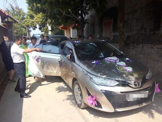 Chiếc Toyota Vios bị đá ném nứt vỡ, cô dâu chú rể mặt thất thần ngồi bên trong - Ảnh 1.