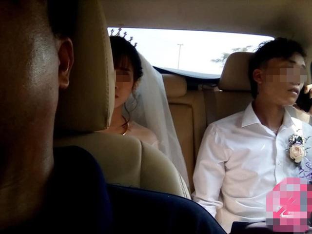 Chiếc Toyota Vios bị đá ném nứt vỡ, cô dâu chú rể mặt thất thần ngồi bên trong - Ảnh 3.