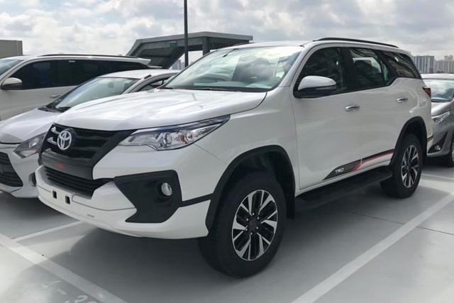Toyota Fortuner tụt giá cả trăm triệu trước sự bám đuổi của Ford Everest và Hyundai Santa Fe - Ảnh 2.
