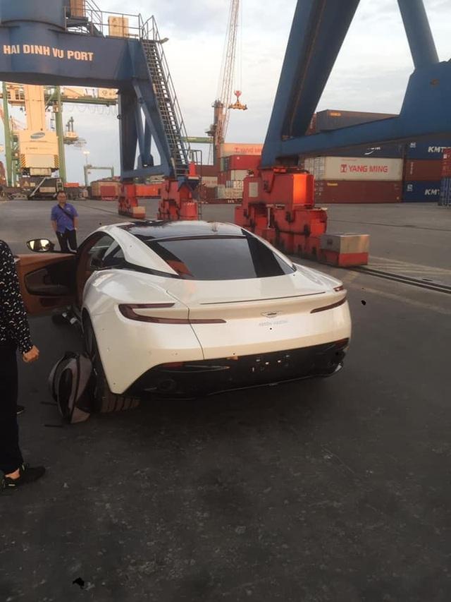 Thêm Aston Martin DB11 V8 về Việt Nam: Màu sơn không đụng hàng - Ảnh 2.