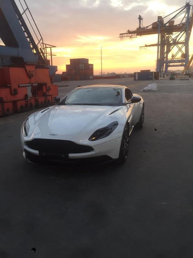 Thêm Aston Martin DB11 V8 về Việt Nam: Màu sơn không đụng hàng - Ảnh 1.