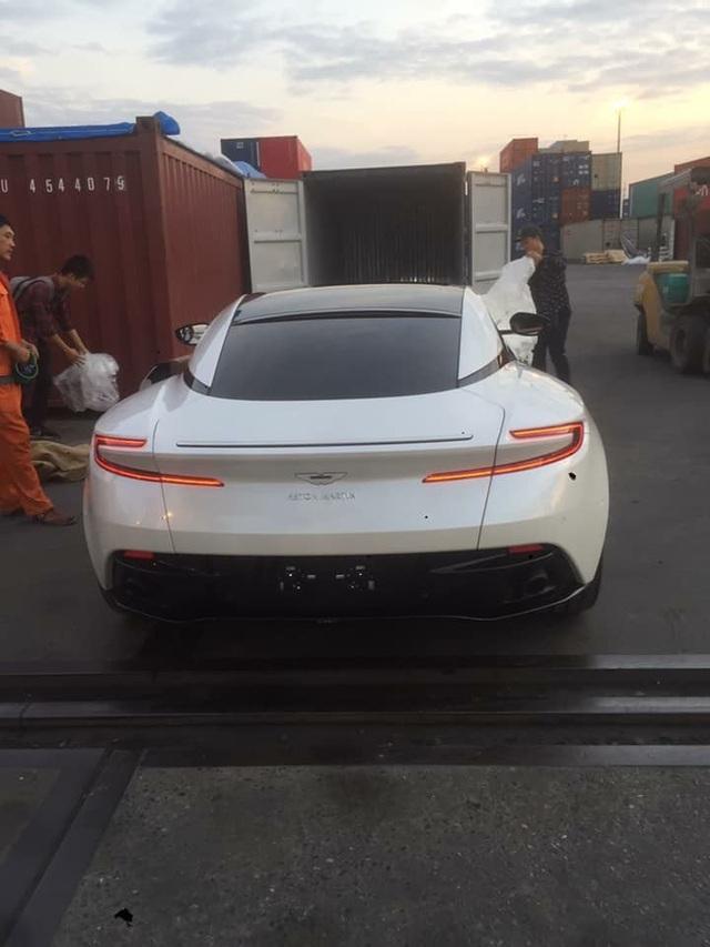 Thêm Aston Martin DB11 V8 về Việt Nam: Màu sơn không đụng hàng - Ảnh 3.