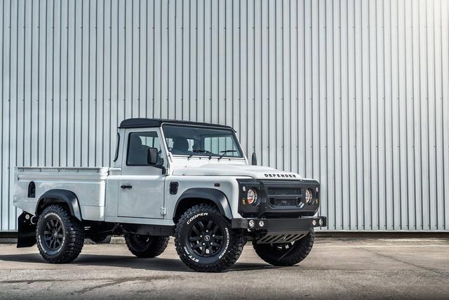 Chiếc bán tải Land Rover Defender siêu độc có giá ngang Mercedes-Benz C-Class - Ảnh 2.
