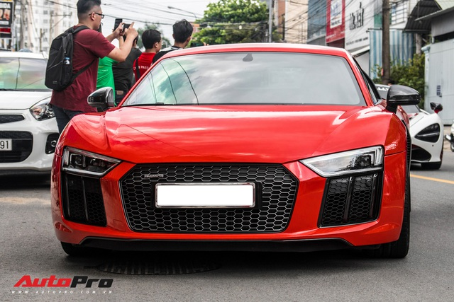 Hàng chục siêu xe và xe thể thao độ của đại gia Sài Gòn đổ bộ Bình Dương thu hút sự chú ý của người dân - Ảnh 2.
