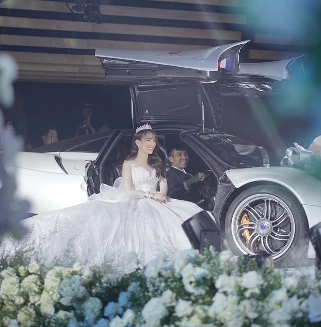 Đại gia Minh Nhựa chơi trội, lái siêu xe Pagani Huayra lên sân khấu để trao con gái cho chú rể - Ảnh 2.