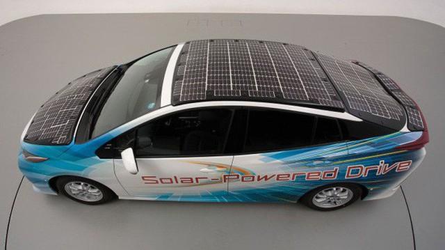 Toyota thử nghiệm hệ thống pin năng lượng mặt trời cải tiến, sạc xe điện trong khi đang chạy, hiệu suất cao hơn nhiều hiện tại
