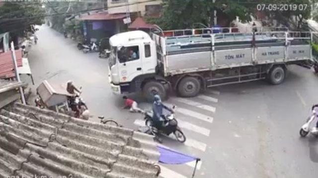 """Đang đánh lái rẽ phải, tài xế """"bủn rủn cả người"""" khi phát hiện điều bất thường dưới bánh xe"""