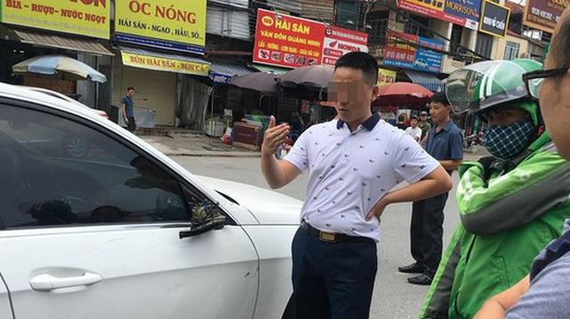 Xe ôm đâm toác gương Mercedes-Benz: Hai bên cười lớn nhưng tài xế Grab