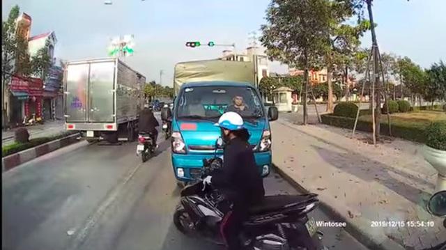Chạy ngược chiều, quyết không lùi xe nhường đường, tài xế xe tải phải nhận cái kết ê chề