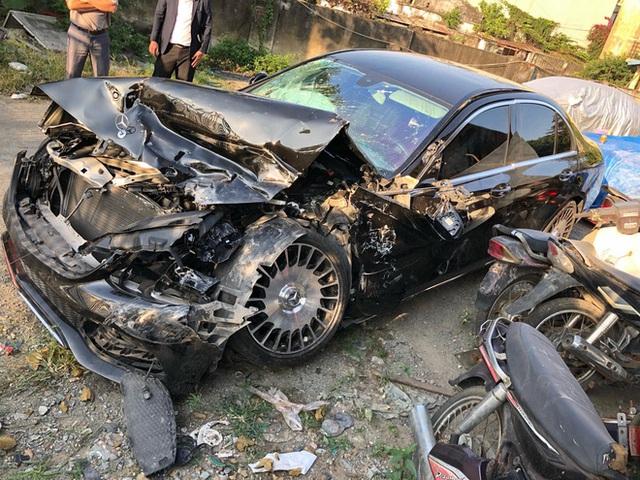 Clip: Xe tải lấn làn đâm Mercedes nát bét, cô dâu chú rể thoát khỏi cửa tử đầy may mắn - Ảnh 3.