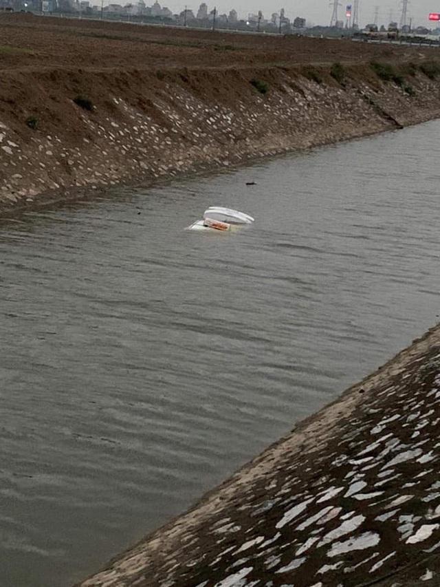 6 giờ sáng phát hiện thấy ô tô chìm dưới sông, người dân tá hoả khi biết tung tích của tài xế - Ảnh 1.