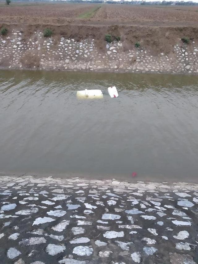 6 giờ sáng phát hiện thấy ô tô chìm dưới sông, người dân tá hoả khi biết tung tích của tài xế - Ảnh 2.