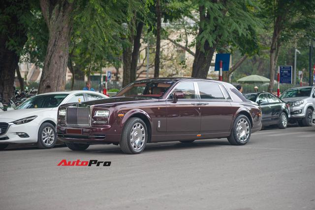 Cận cảnh Rolls-Royce Phantom Hòa bình Vinh quang độc nhất vô nhị với logo ông ba mươi của đại gia Việt - Ảnh 2.