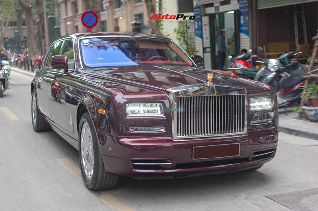 Cận cảnh Rolls-Royce Phantom Hòa bình Vinh quang độc nhất vô nhị với logo ông ba mươi của đại gia Việt - Ảnh 8.