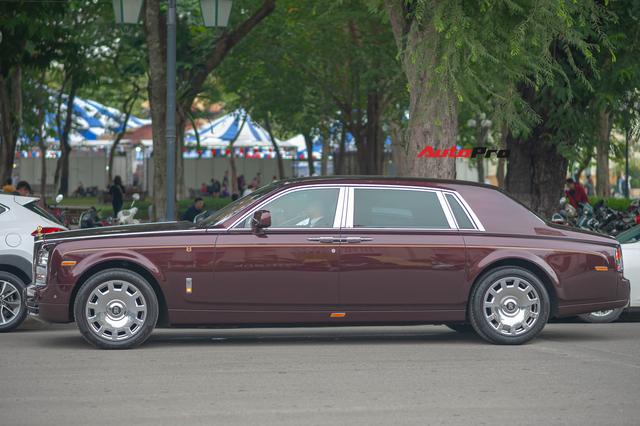 Cận cảnh Rolls-Royce Phantom Hòa bình Vinh quang độc nhất vô nhị với logo ông ba mươi của đại gia Việt - Ảnh 6.