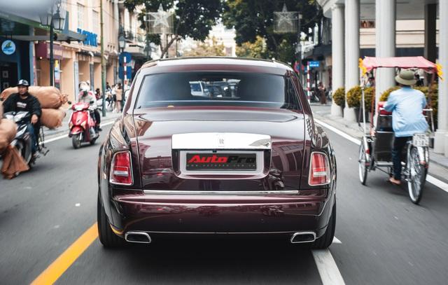 Cận cảnh Rolls-Royce Phantom Hòa bình Vinh quang độc nhất vô nhị với logo ông ba mươi của đại gia Việt - Ảnh 10.