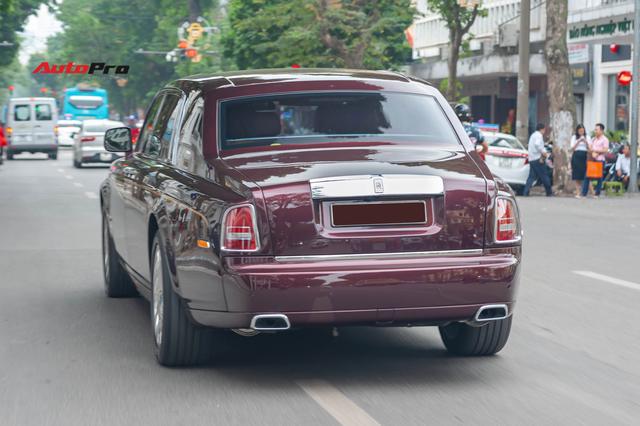 Cận cảnh Rolls-Royce Phantom Hòa bình Vinh quang độc nhất vô nhị với logo ông ba mươi của đại gia Việt - Ảnh 9.