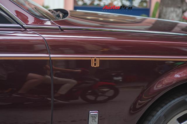 Cận cảnh Rolls-Royce Phantom Hòa bình Vinh quang độc nhất vô nhị với logo ông ba mươi của đại gia Việt - Ảnh 7.