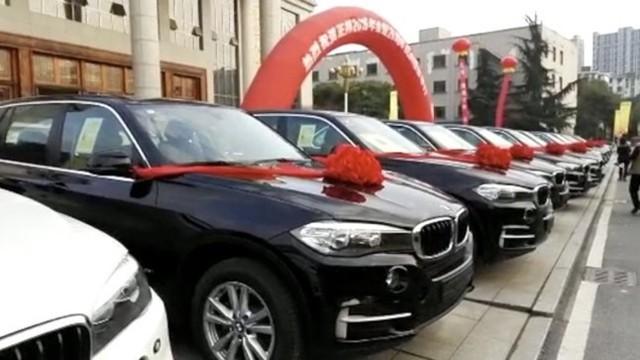 Đại gia thưởng Tết cho nhân viên toàn xe BMW và Porsche - Ảnh 2.