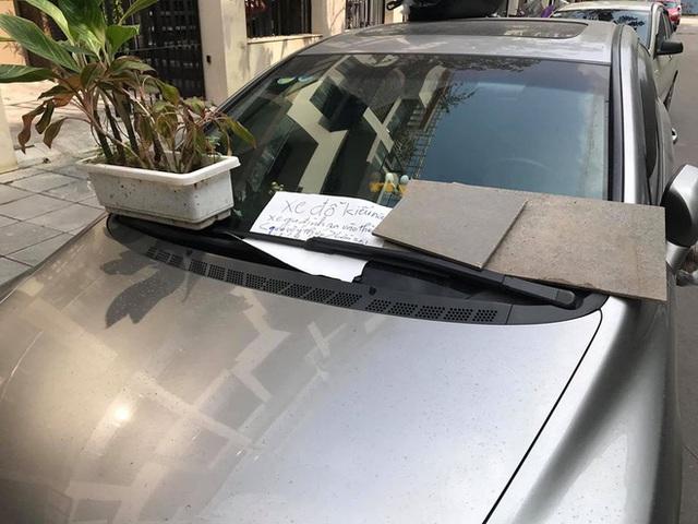 Đỗ ô tô trên đường rồi rời đi, lúc quay lại tài xế tái mặt khi thấy 3 túi quà treo đầy xe - Ảnh 2.