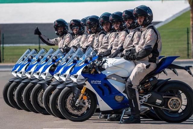 Cảnh sát Dubai được bàn giao dàn Ducati Panigale V4 S chất như nước cất - Ảnh 1.