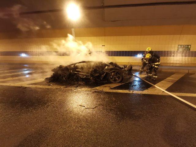 Đại gia bất lực nhìn chiếc Lamborghini Aventador độ Mansory siêu hiếm cháy thành than - Ảnh 1.