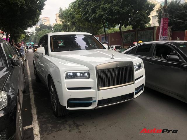 Bắt gặp Rolls-Royce Cullinan chính hãng đầu tiên tại Việt Nam - Ảnh 4.