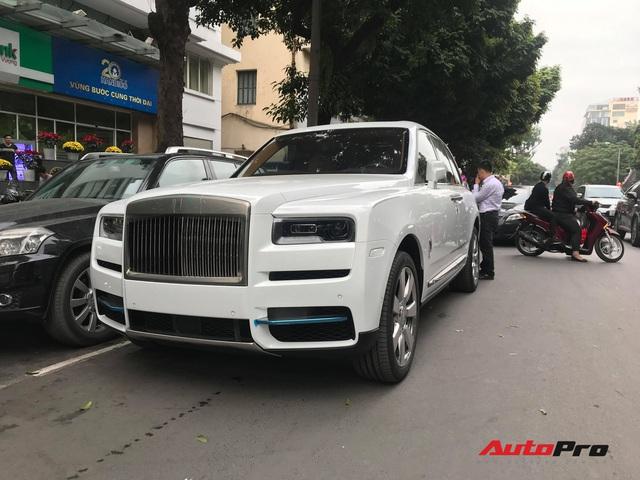 Bắt gặp Rolls-Royce Cullinan chính hãng đầu tiên tại Việt Nam - Ảnh 3.