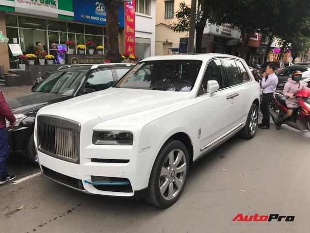 Bắt gặp Rolls-Royce Cullinan chính hãng đầu tiên tại Việt Nam - Ảnh 1.