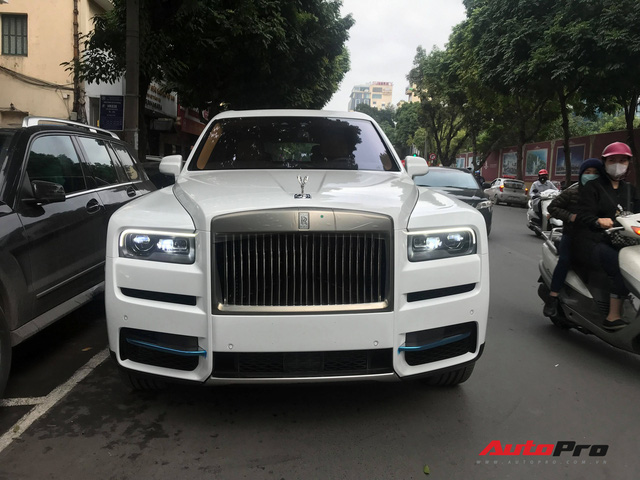 Bắt gặp Rolls-Royce Cullinan chính hãng đầu tiên tại Việt Nam - Ảnh 2.