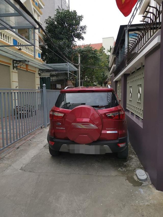 Đỗ xe giữa ngõ, tài xế nhận ngay một tờ giấy cảnh báo: