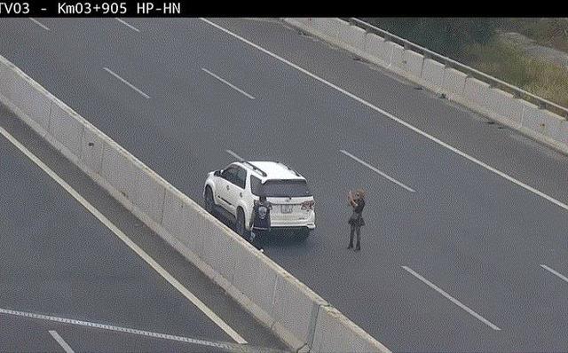 Phạt 7 triệu đồng, tước giấy phép lái xe 3 tháng nữ tài xế đỗ xe chụp ảnh trên cao tốc - Ảnh 1.