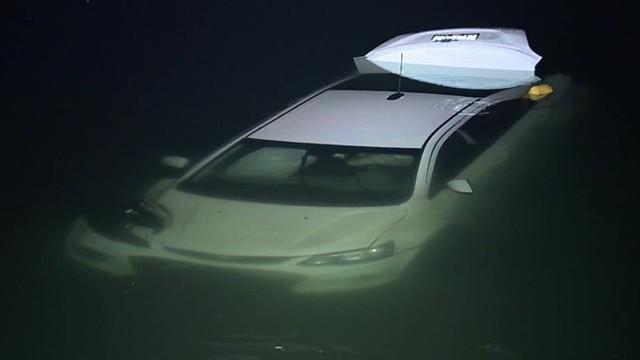 Nữ tài xế nghi say rượu lái ô tô xuống hồ - Ảnh 1.