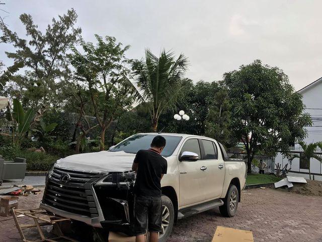 Dân chơi Hà Tĩnh lột xác Toyota Hilux thành bán tải 'Lexus LX 570' có một không hai tại Việt Nam - Ảnh 1.