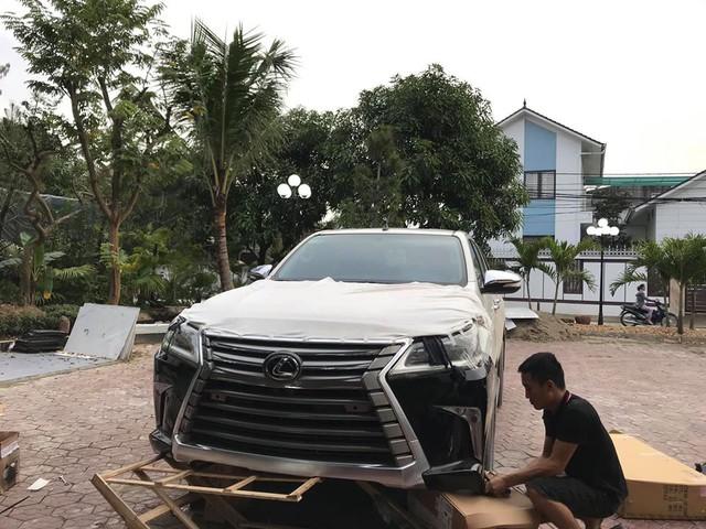 Dân chơi Hà Tĩnh lột xác Toyota Hilux thành bán tải 'Lexus LX 570' có một không hai tại Việt Nam - Ảnh 2.