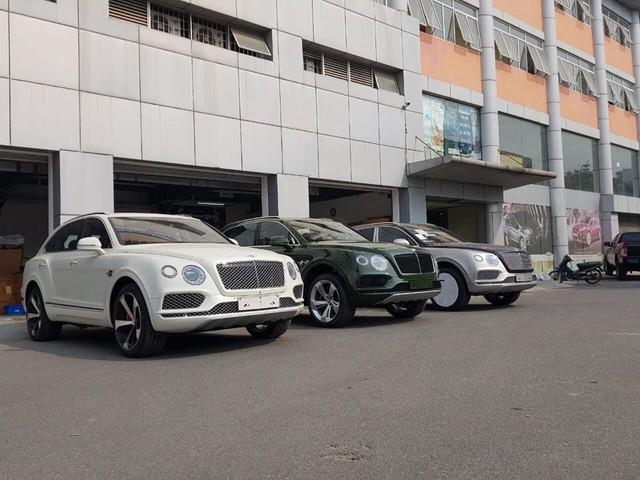 Bentley Bentayga ồ ạt về nước với số lượng lớn cho đại gia Việt chơi Tết, một chiếc sở hữu chi tiết đặc biệt lần đầu xuất hiện - Ảnh 1.