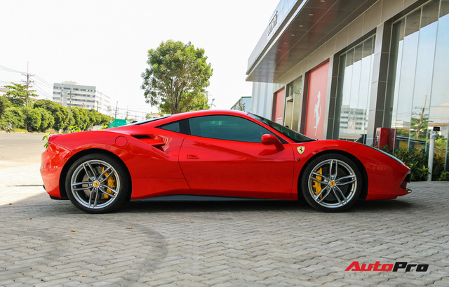 Ferrari 488 GTB từng thuộc sở hữu của ông Đặng Lê Nguyên Vũ xuất hiện tại showroom Ferrari - Ảnh 4.