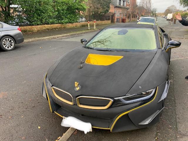 Góc nhức mắt: BMW i8 bọc nhung lạc hậu lại còn gắn biểu tượng Rolls-Royce lên nắp capo - Ảnh 1.