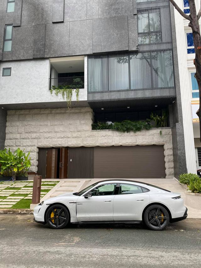 Nguyễn Quốc Cường tăng tốc Porsche Taycan gần 10 tỷ trong tích tắc khiến người trong xe giật mình - Ảnh 2.