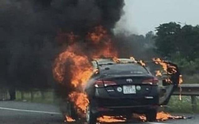 Hành khách hút thuốc trên xe, taxi cháy trơ khung - Ảnh 1.