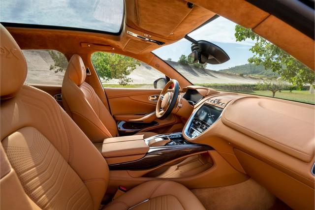 Vừa hạ giá khủng, Aston Martin DBX chào hàng đại gia Việt với giá gần 20 tỷ đồng: Siêu SUV mới đối đầu Lamborghini Urus - Ảnh 2.
