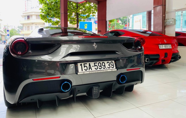 Doanh nhân Hải Phòng chia tay Ferrari 488 GTB màu xám đầu tiên về Việt Nam, màu sơn ngoại thất là chi tiết dễ gây nhầm lẫn - Ảnh 3.