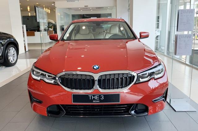 BMW hạ giá sốc cuối năm: Sau giảm giá là tặng trước bạ gần 400 triệu đồng, đáp trả Mercedes-Benz - Ảnh 1.