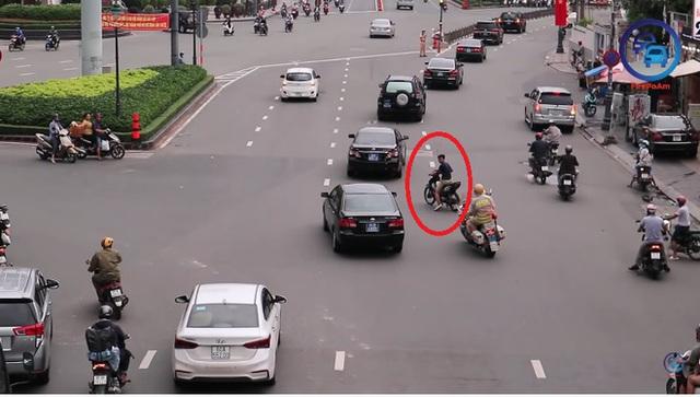 Thanh niên đầu trần, chạy xe máy ngang nhiên cắt đoàn xe ưu tiên ở TP. Hồ Chí Minh - Ảnh 1.