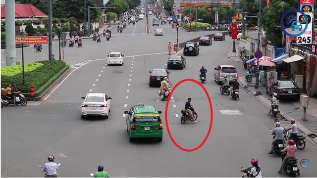 Thanh niên đầu trần, chạy xe máy ngang nhiên cắt đoàn xe ưu tiên ở TP. Hồ Chí Minh - Ảnh 2.