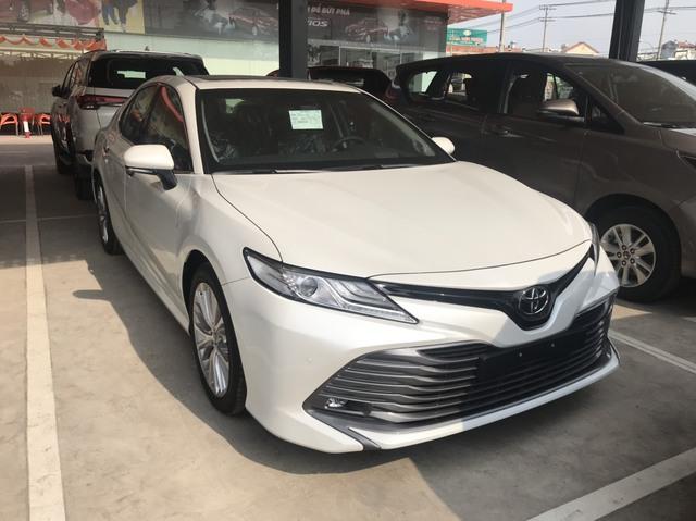 Toyota Camry 'full option' dọn kho giá hơn 1,1 tỷ đồng tại đại lý - Ảnh 1.