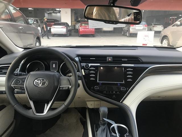 Toyota Camry 'full option' dọn kho giá hơn 1,1 tỷ đồng tại đại lý - Ảnh 3.